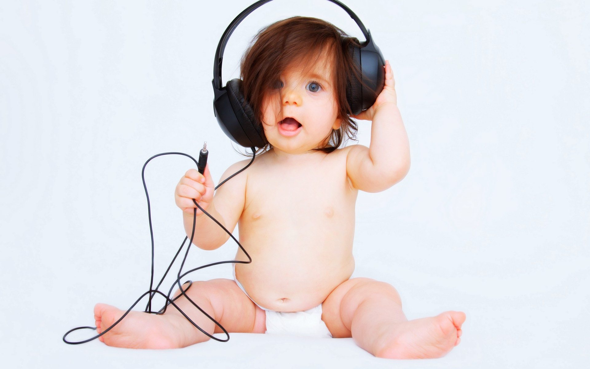 Beautiful-baby-listen-music